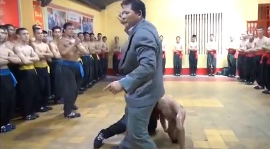 Kung Fu ustasının inanılmaz savunma teknikleri görenleri şaşırtıyor