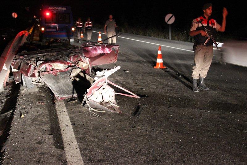 FOTO:İHA - Kaza yapan araç hurdaya döndü.