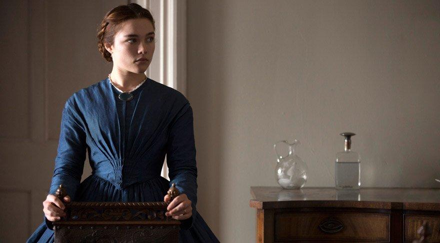 """19. yüzyılın İngiltere kırsalında geçen """"Lady Macbeth""""in genç Katherine'i kocasından çok kendi şehveti ve hırsının istikametinde yaşamayı tercih ediyor. Nasıl etmesin ki, sevmediği bir adamla evlendiriliyor, üstelik çiftlik sahibi bu adam onunla duygusal bir yakınlık kurmayı dahi reddediyor."""