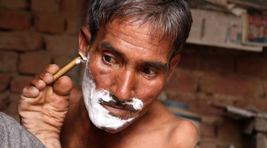Hindistanlı engelli Lal'in ayaklarıyla yapamayacağı şey yok