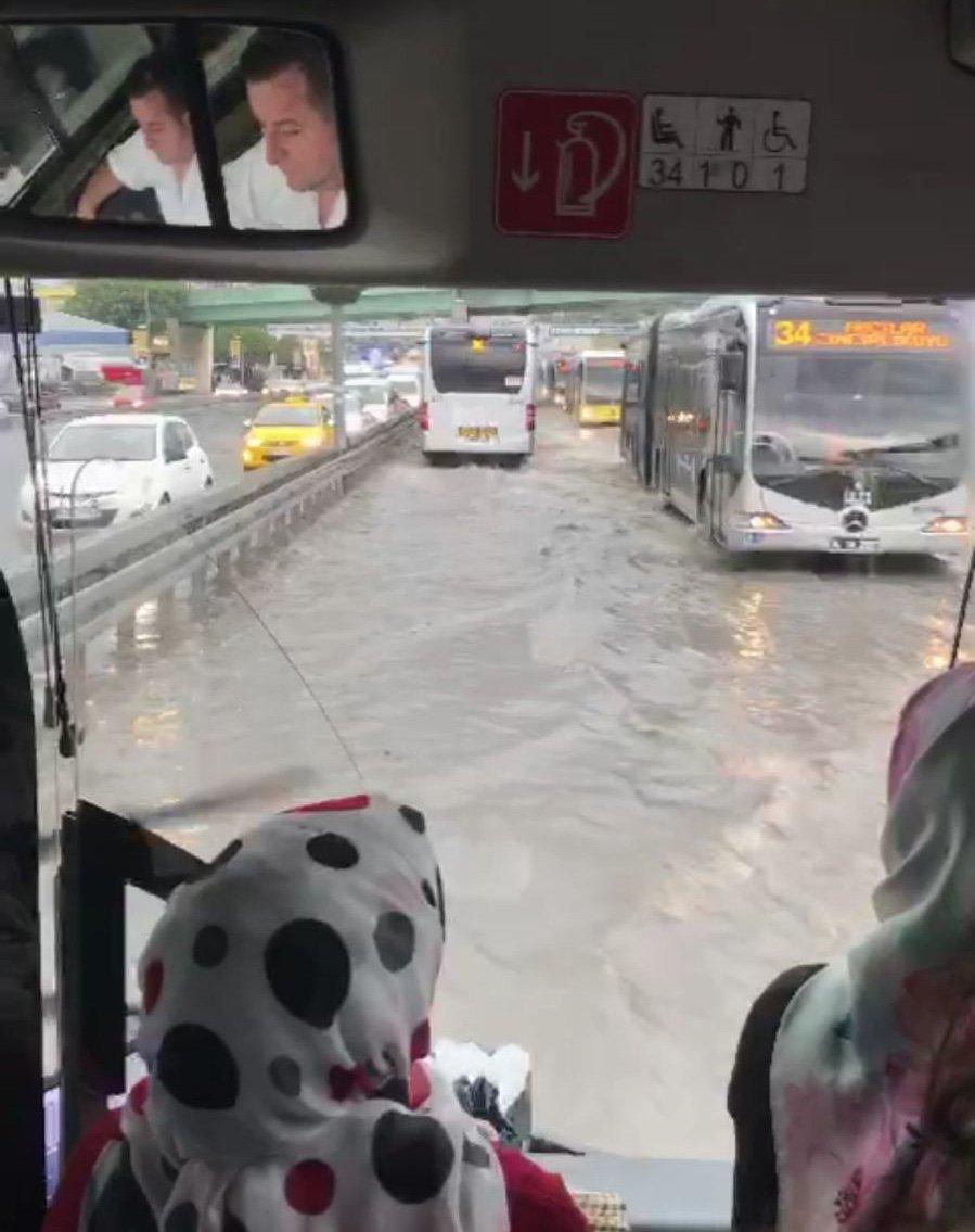 FOTO:SÖZCÜ- Metrobüs yolu da su altında kaldı.