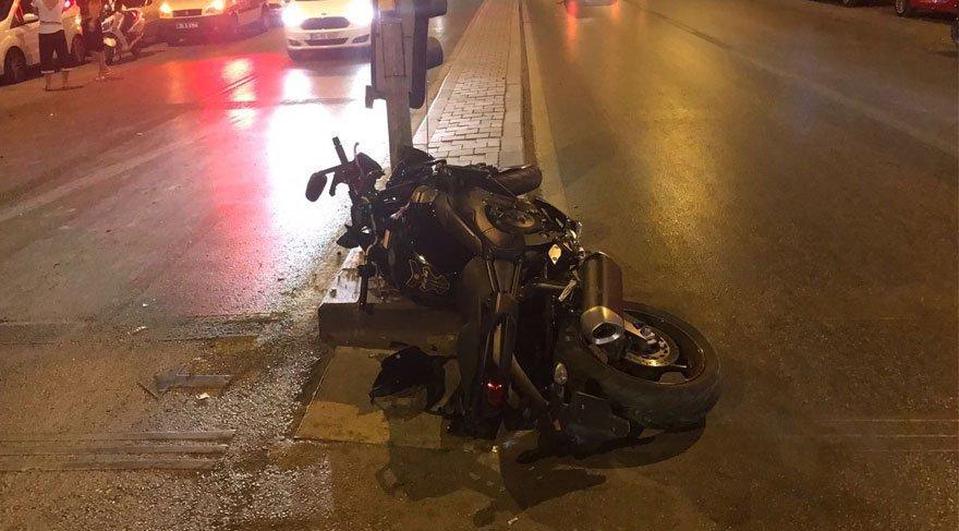 Motosiklet trafik lambasına çarptı: 1 kişi hayatını kaybetti