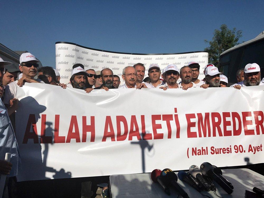 FOTO:İHA - Kendilerini 'Antikapitalist Müslümanlar' olarak nitelendiren bir grup,, 'Allah adaleti emreder' yazılı pankart açtı.
