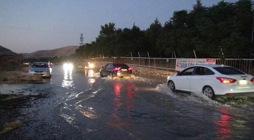 Şebeke patladı; Karayolu trafiğe kapandı
