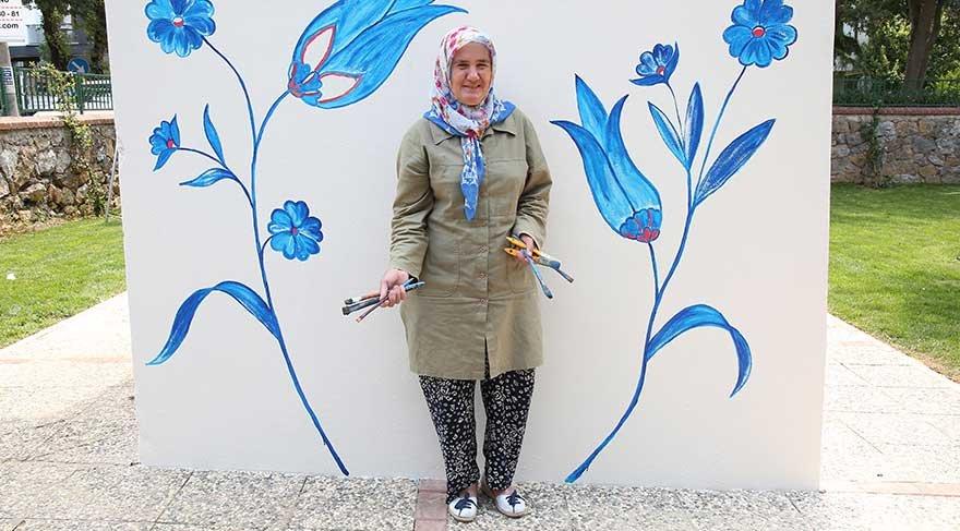 Nuran Teyze, Germiyan'dan Kadıköy'e duvarları boyamaya geldi