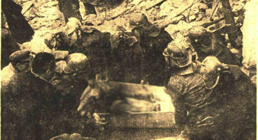 Olaydan günler sonra bile patlama alanında cesetler bulunuyordu. Fotoğraf: Cumhuriyet Gazetesi