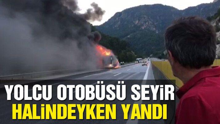 Binanın üzerine devrildiği 28 numaralı otobüs asfalta yapışmış şekilde duruyordu. Otobüs'te 35 yolcu vardı. Fotoğraf: Cumhuriyet Gazetesi