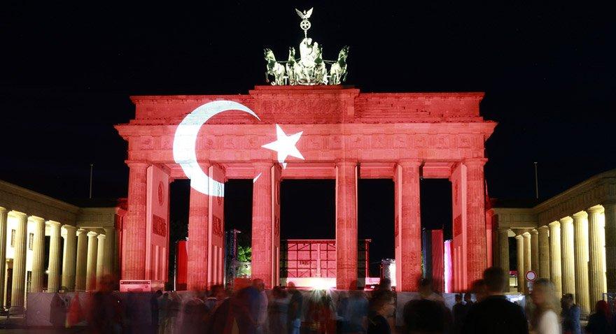 IŞİD geçen yıl haziran ayında Atatürk Havalimanı'nı kana bulamış, 42 kişi hayatını kaybetmişti. Berlin'deki Brandenburg Kapısı'na dayanışma için Türk bayrağı yansıtılmıştı. Fotoğraf: Shutterstock