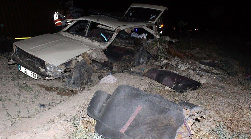 Otomobil ile ticari araç kafa kafaya çarpıştı: 4 ölü, 8 yaralı
