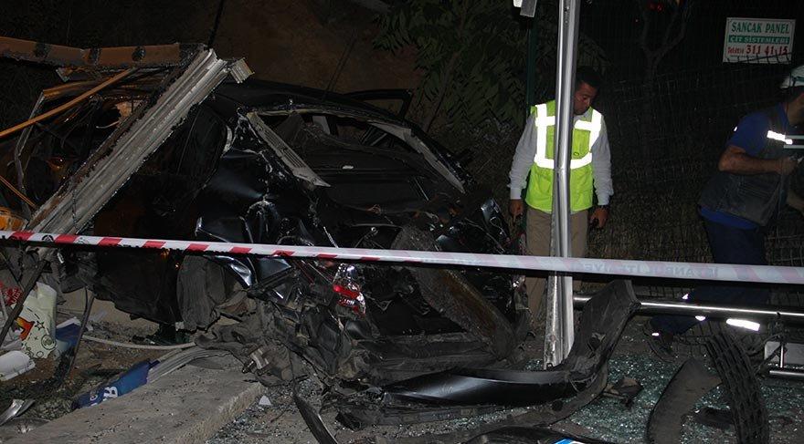 Kadıköy'de otomobil otobüs durağına daldı; 1 ölü