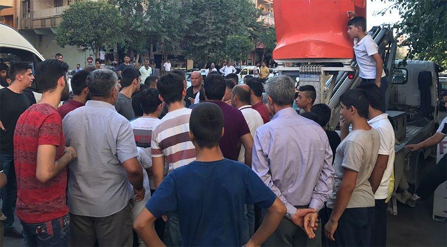 Elektrik kesintilerine tepki gösteren mahalleli, DEDAŞ personellerini rehin aldı