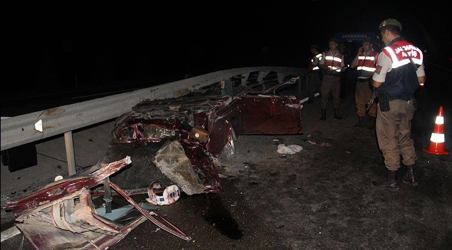 Kütahya'da otomobil bariyere çarptı: 3 ölü, 1 yaralı