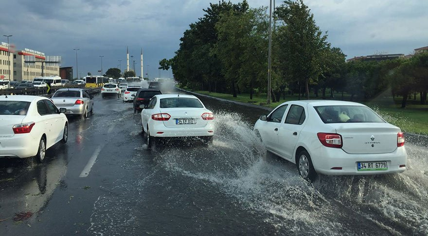 Yağış E-5 Silivri yönünde trafiği durdurdu