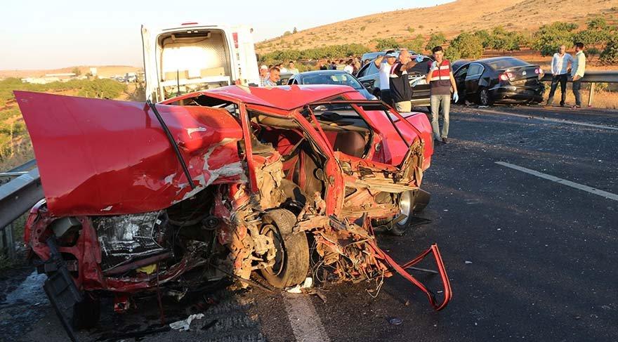 İki araç kafa kafaya çarpıştı: 2 ölü, 6 yaralı