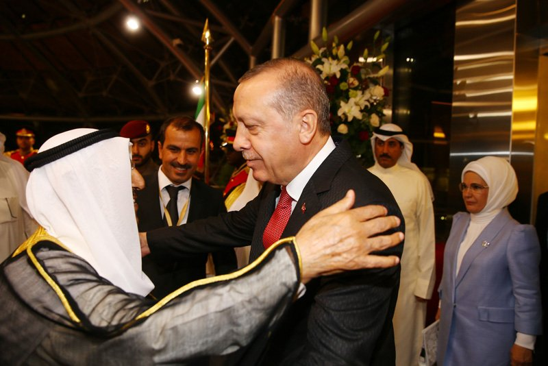 Cumhurbaşkanı Erdoğan, Kuveyt Uluslararası Havalimanı Emirlik Terminali'ne gelişinde, Kuveyt Emiri Şeyh Sabah El-Ahmed El-Cabir Es-Sabah tarafından böyle karşılandı.
