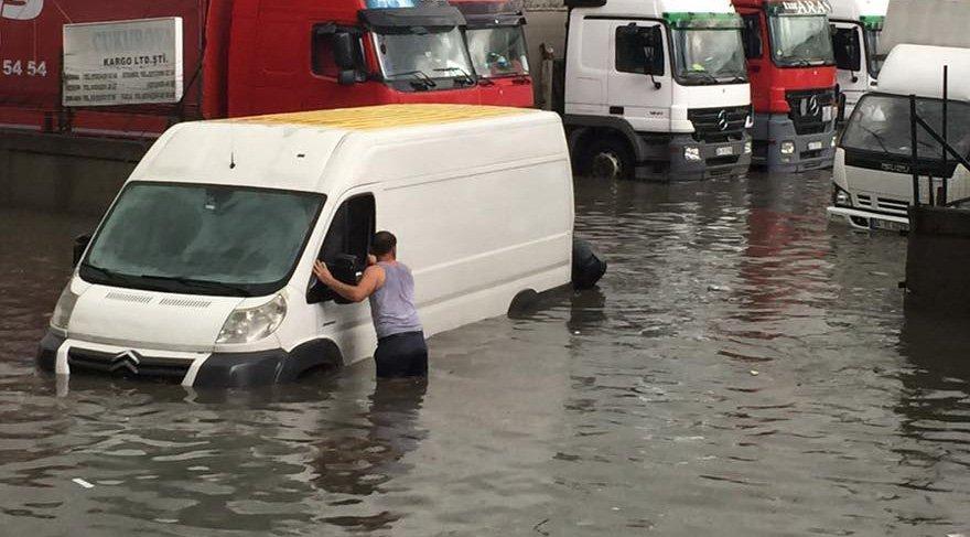 İstanbul'da sağanak yağmur… Birçok yer su altında