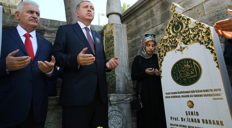 Foto: DHA - Cumhurbaşkanı Erdoğan ve Başbakan Yıldırım, şehit İlhan Varan'ın mezarı başında dua okudu