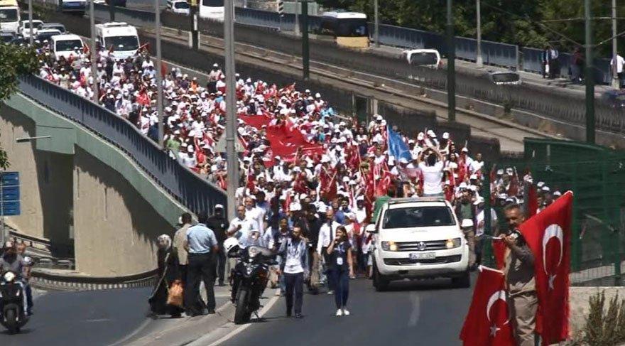 Foto: DHA - Çok sayıda vatandaş 15 Temmuz Şehitliği'ne yürüyerek geldi