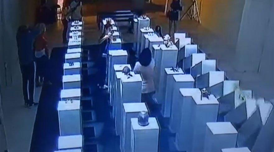 Selfie çekmek isterken 200.000 doları yerle bir etti