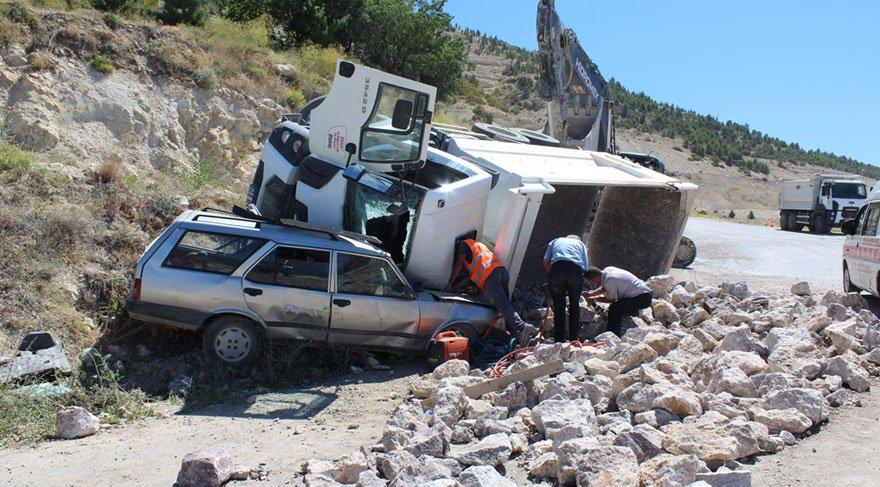 Taş yüklü kamyon, otomobilin üstüne devrildi