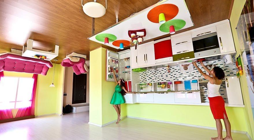 Antalya'da ters olarak inşa edilen ev ziyaretçi akınına uğruyor