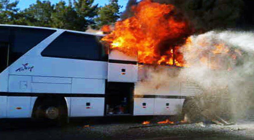 Son anda kurtuldular! Tur otobüsü cayır cayır yandı
