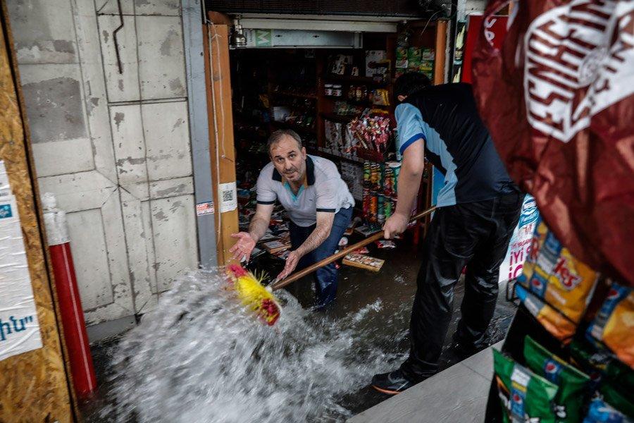 FOTO:DHA - Şiddetli yağış sonrası birçok ev ve işyerini de su bastı.