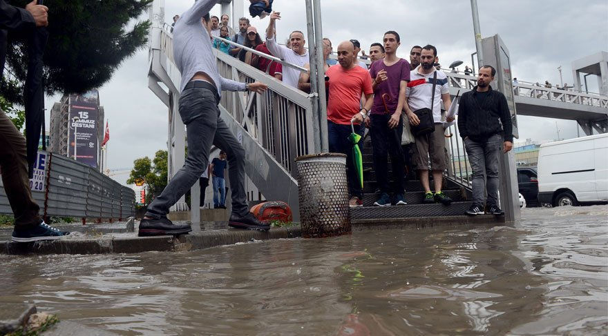 İstanbul'da şiddetli yağış ulaşımı da vurdu... Valilikten uyarı geldi