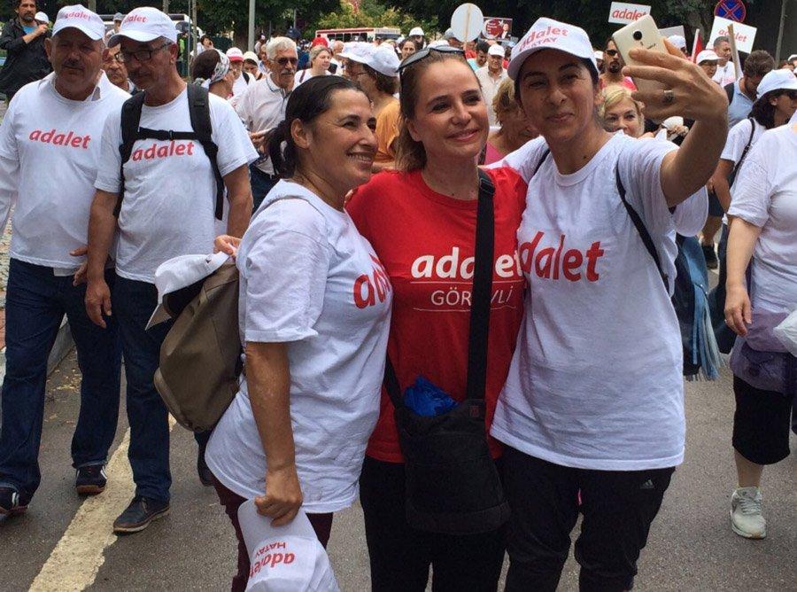 Yürüyüşe kadınların ilgisi büyük. CHP Genel Başkan Yardımcısı Yasemin Öney Cankurtaran partili kadınlarla 20. gün anısına hatıra fotoğrafı çektirdi.