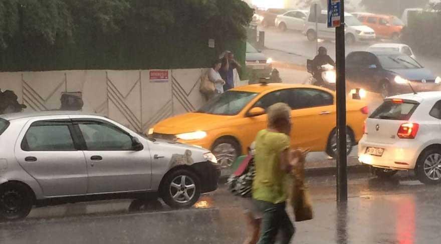 İstanbul'da etkili olan sağanak yağmur sosyal medyaya damga vurdu!