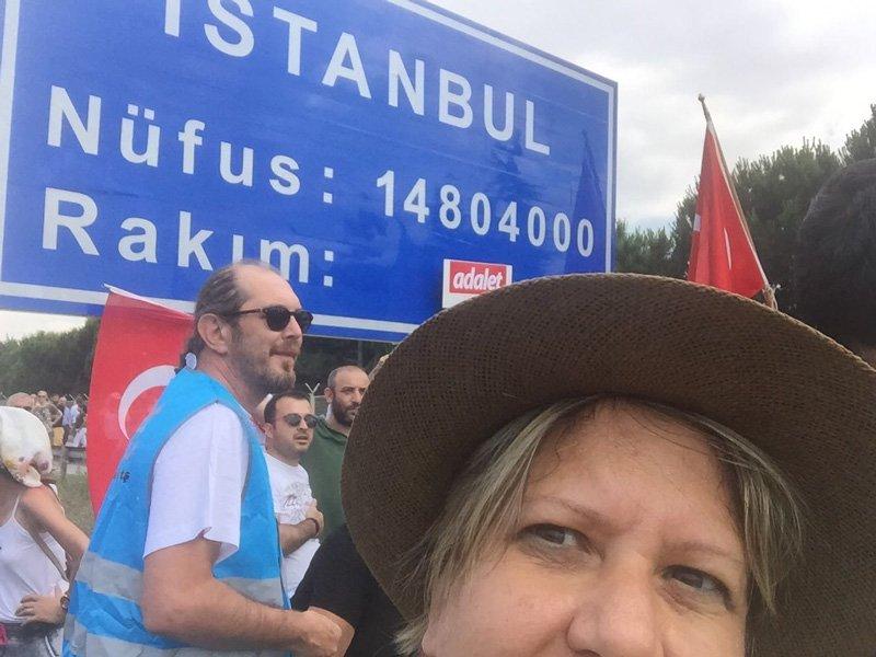 """FOTO:SÖZCÜ- Yürüyüşü takip eden sozcu.com.tr Ankara Temsilcisi Zeynep Gürcanlı """"İstanbul'a girişi"""" böyle ölümsüzleştirdi."""