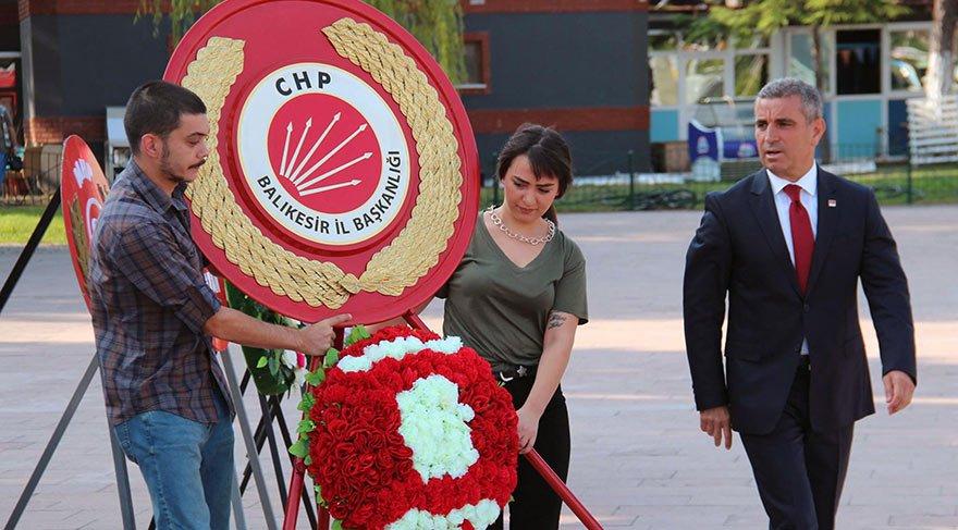 CHP'DEN ATATÜRK ANITI'NA ÇELENK... CHP Balıkesir İl Başkanı Ender Biçki, sivil toplum kuruluşları ve vatandaşlarla birlikte Atatürk Anıtı'na çelenk bıraktı.
