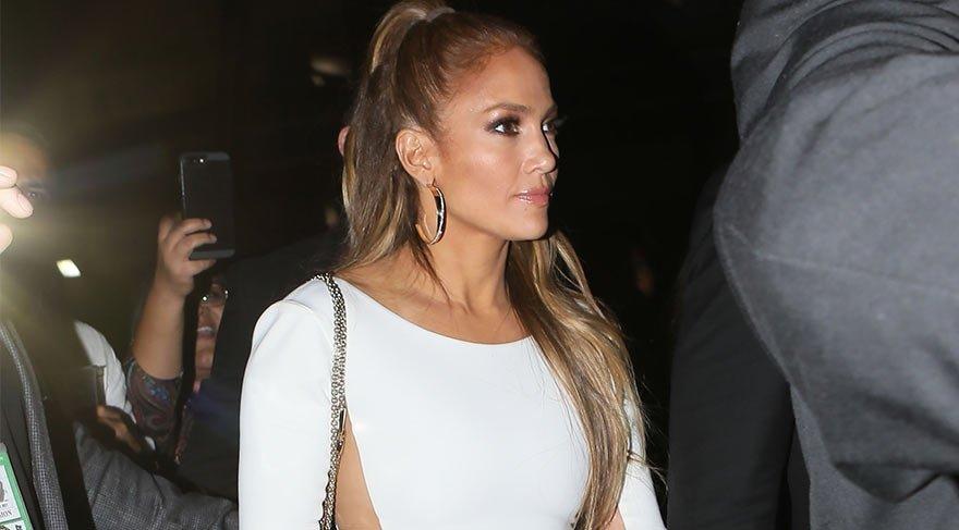 Jennifer Lopez Beyaz Elbisesiyle Göz Kamaştırdı