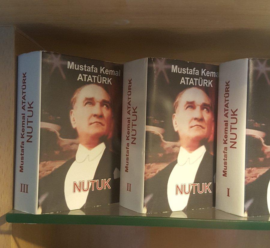 Mustafa Kemal Paşa'nın minyatür Nutuk kitabı.