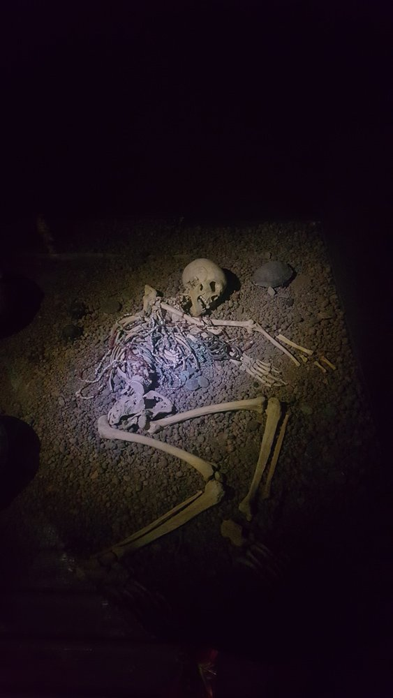 Müzede Tunç, Bakır dönemine ait pek çok şey görebilirsiniz. Üstünde takıların olduğu iskeletin Tunç devrinden kalma olduğu düşünülüyor. O dönemde kadınlar aksesuarla gömülürmüş. Hem kadın oldukları belli olsun hem de kötü ruhlardan korunsun diye...