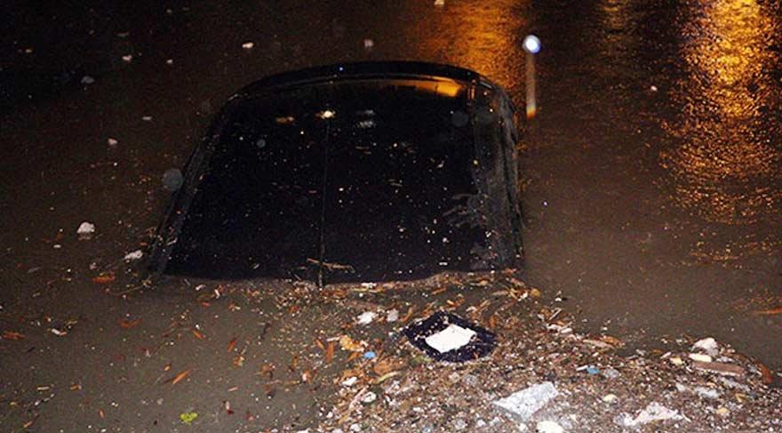 Otomobiller sular altında kaldı!