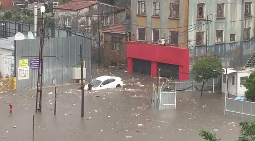 Beklenen yağmur İstanbul'a geldi! Şimşek ve fırtına... | Son dakika haberleri