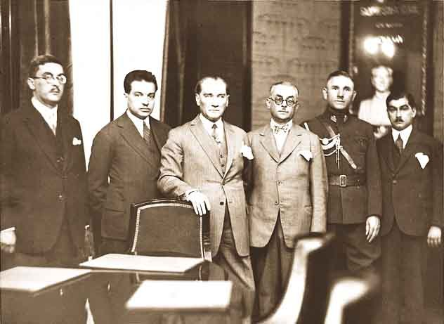 Reis-i Cumhur Gazi Mustafa Kemal İş Bankası ekibiyle birlikte.