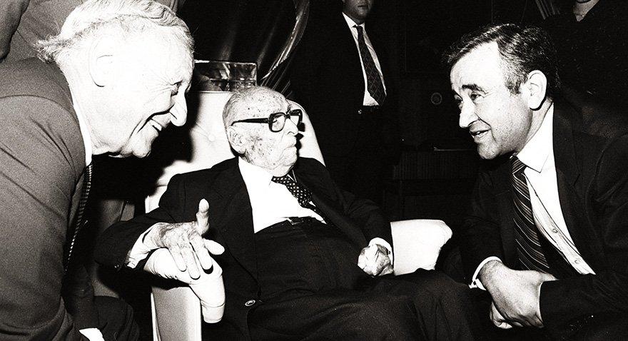 İş Bankası'nın kurucu Genel Müdürü Celal Bayar 1983 yılında bankayı ziyaret ediyor. Fotoğraf: Depo Photos