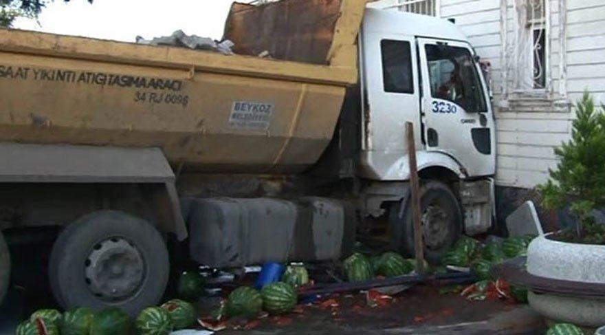 Hafriyat kamyonu tarihi yalıya çarptı