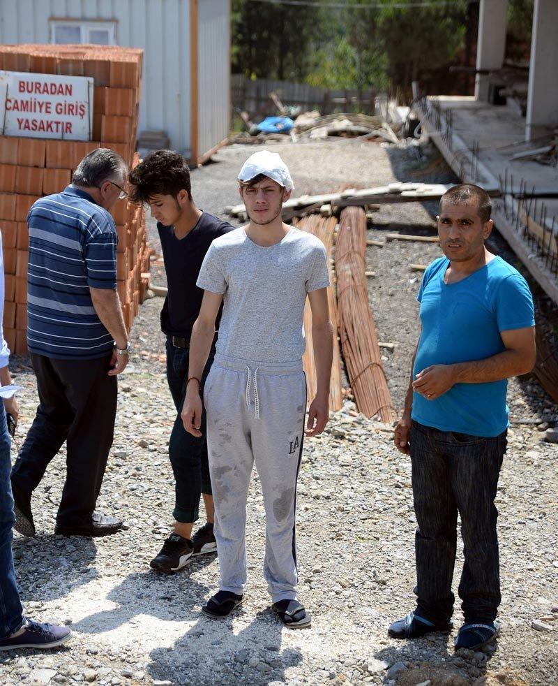 FOTO:DHA- Baba cinnetinden yaralı olarak kurtulan Cenaze töreninin uzaktan izledi...