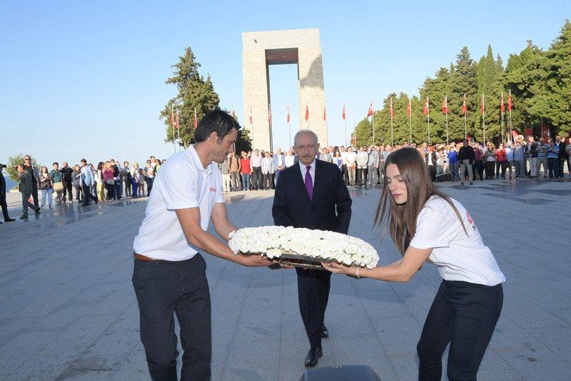 FOTO:İHA - Kılıçdaroğlu, kurultay öncesi şehitler anıtına çelenk bıraktı.