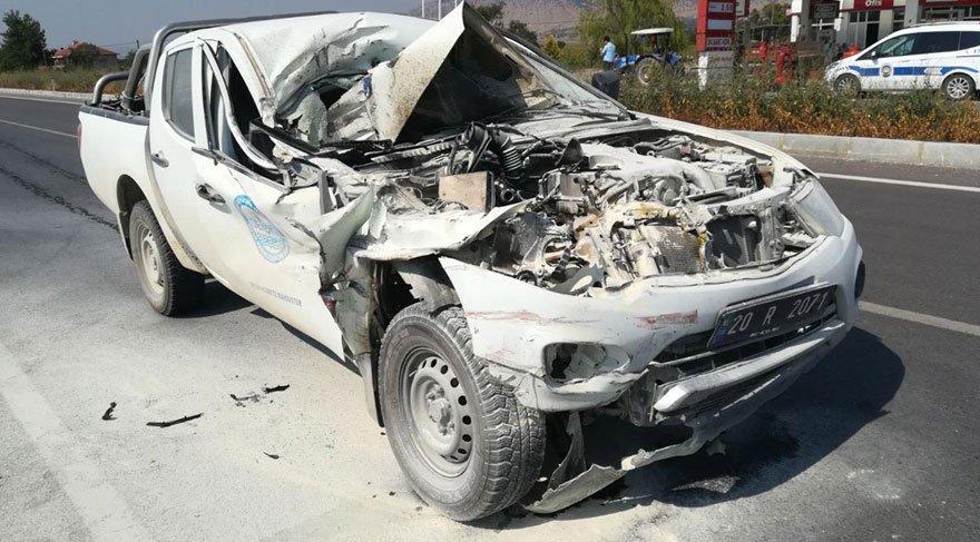 Kamyonetin çarptığı kamyon tarlaya uçtu: 2 ölü, 2 yaralı