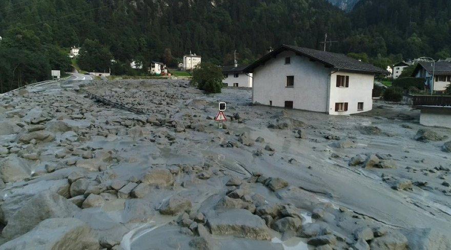 Köy toprak altında kaldı: Kayıplar var!