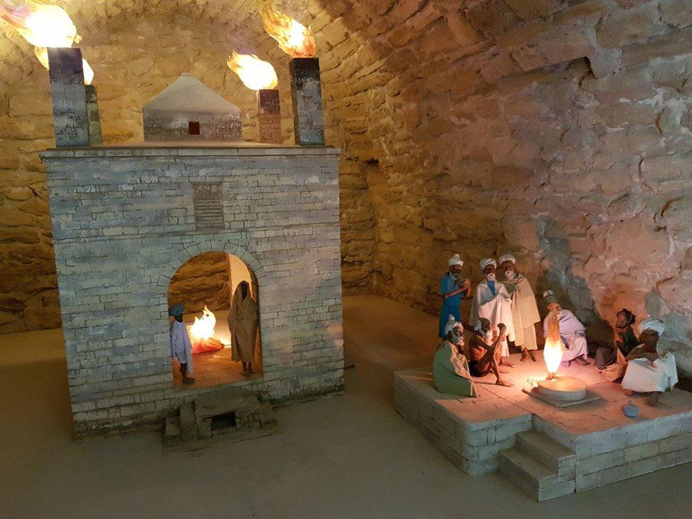 Ateşgah'ta ateş etrafında ibadet eden Zerdüştler...