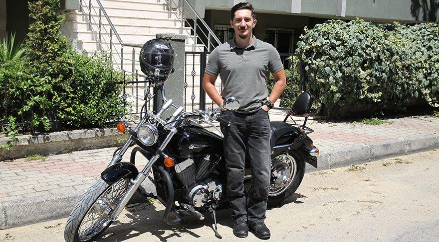 Kendi de bir motosiklet sürücüsü olan Cenk Kaya gerekli kriterleri sağlayamadığı için Scotty sürücülerinden biri olamamış