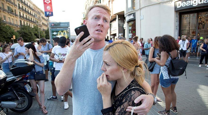 Birçok turist saldırı sonrasında telefona sarılıp yakınlarını bilgilendirdi.