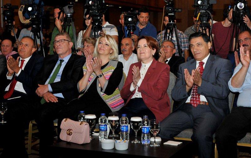 FOTO:SÖZCÜ - Toplantıya katılan Meral Akşener, Aydın'ın açıklamasını eşi Gönül Aydın ile birlikte izledi.