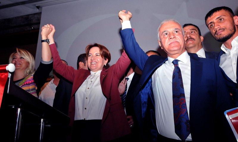 FOTO:SÖZCÜ- Toplantının ardından Meral Akşener ile Koray Aydın elele poz verdi.