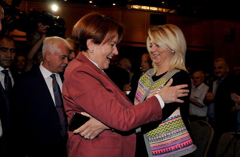 FOTO:SÖZCÜ - Meral Akşener, Koray Aydın'ın eşi Gönül Aydın'a sarıldı.
